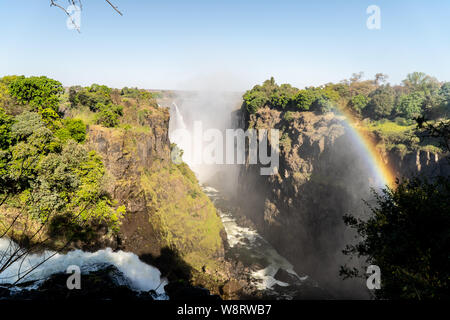 En arc-en-ciel le spray de Victoria Falls sur la frontière de la Zambie et du Zimbabwe, l'Afrique.