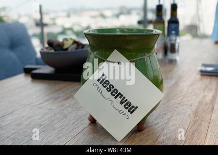 Réservés signe sur table de restaurant, terrasse extérieure d'été Banque D'Images