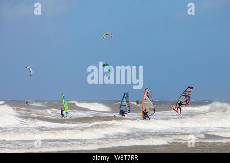 Le vent et le kite surf sur des vagues élevées en été, tempête sur la mer du nord près de Scheveningen en Hollande Banque D'Images