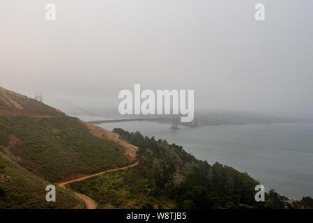 Vue panoramique sur le Golden Gate Bridge et le sentier à Kirby Cove beach le matin vue à partir d'un point de vue de l'un des loisirs Marin Headlands Banque D'Images