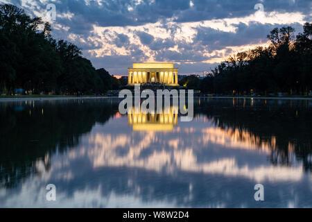 Lincoln Memorial reflétée dans le miroir d'eau sur le National Mall à la tombée de la coucher du soleil. L'exposition longue