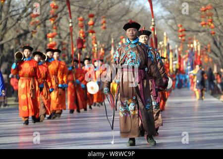 Les artistes vêtus de costumes de la dynastie des Qing (1644 - 1911 AD) prendre part à une répétition de l'ancienne cérémonie de culte royal ciel pour upcomi Banque D'Images