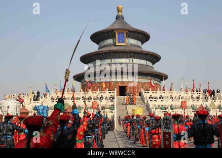 Les artistes vêtus de costumes de la dynastie des Qing (1644 - 1911 AD) effectuer lors d'une répétition de l'ancienne cérémonie de culte royal ciel pour upco Banque D'Images