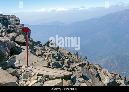 Inscrivez-vous à montrer le chemin sur le sentier de randonnée du Cerro La Campana, le Bell mountain, montagne côtière de Valparaiso, sur une journée claire Banque D'Images
