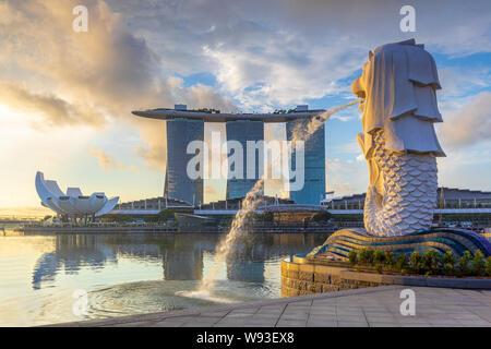 Singapour, Singapour - 9 juin 2019: lever du soleil à la marina à Singapour avec le bâtiment emblématique merlion,