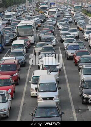 Masses de véhicules se déplacent lentement sur une route lors d'un embouteillage à Beijing, Chine, 2 septembre 2013. Trafic Beijings autorités utiliseront les motos Banque D'Images