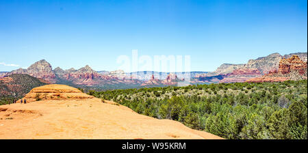 Arizona Sedona Sud-Ouest des États-Unis d'Amérique. Vue panoramique de couleur orange rouge, formations de roche de grès du désert paysage, ciel bleu clair, ensoleillé printemps d