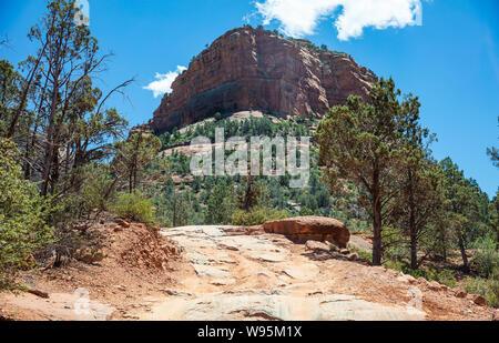 Arizona Sedona Sud-Ouest des États-Unis d'Amérique. De couleur orange rouge, formations de roche de grès du désert paysage, ciel bleu clair, jour de printemps ensoleillé