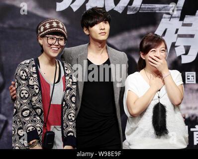 L'acteur sud-coréen Gagné Bin, centre, pose avec les fans lors d'une première pour son nouveau film, cet homme de nulle part, à Beijing, Chine, 15 septembre 2011. Banque D'Images