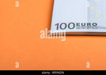 Les espèces en euros sur un fond orange et rose. Billets en euro de l'argent. Euro Argent. Euro bill. Place pour le texte