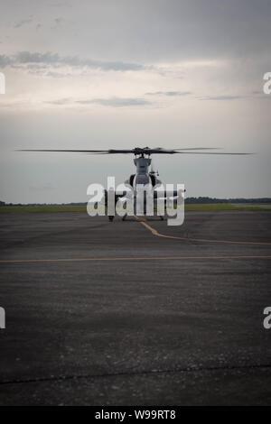 U.S. Marine Corps AH-1Z vipères affectés à l'Escadron d'hélicoptères d'attaque légère Marine 167 arrivent pour un détachement pour l'exercice de formation à la base aérienne MacDill, Avon Park, en Floride. HMLA-167' effectue les opérations expéditionnaires de la formation dans un contexte de menace moyen à élevé tout en augmentant les capacités de préparation et d'évaluation de l'emploi de munitions à guidage de précision compétence dans l'AH-1Z Viper.