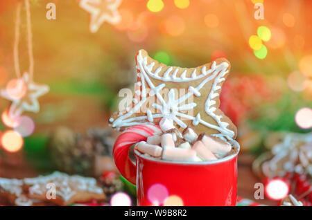 Une tasse de chocolat chaud avec des guimauves. Banque D'Images