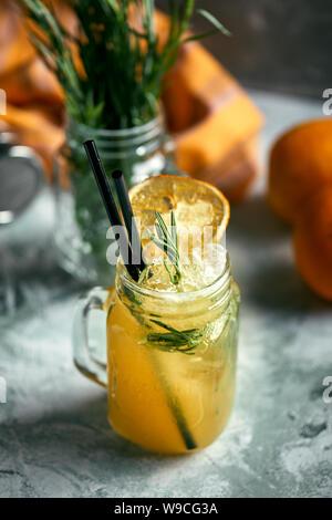Boisson d'été rafraîchissante. Ingrédients: estragon, citron, soda, sucre. La limonade à l'estragon. Du vrai concept, l'espace cocktail. Concept de l'alimentation, de l'alimentation,