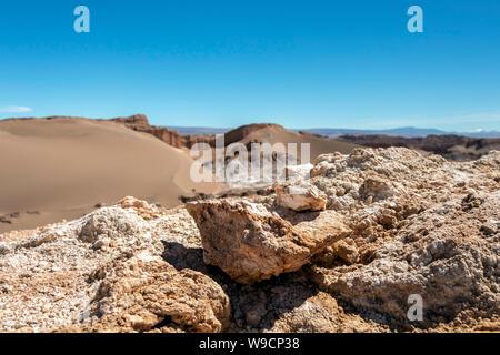 Paysage de désert d'Atacama au Chili: la vallée de la Lune (Valle de la Luna), formation géologique de la pierre et le sable situé dans la montagne de sel