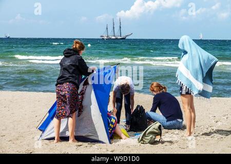 Les gens sur Rostock, plage de Warnemunde, bateau à voile sur la mer Baltique, Allemagne