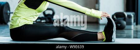 De panoramique qui s'étend sur le tapis de fitness dans une salle de sport Banque D'Images