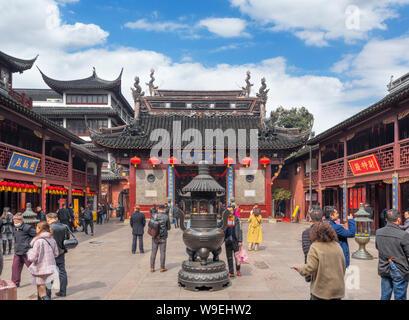Cour intérieure dans le Temple de la ville dieux (ou Temple de la Cité des dieux), Jardins de Yuyuan, Vieille Ville, Shanghai, Chine Banque D'Images