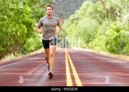 Sport et fitness runner homme qui court sur la formation pour faire de marathon high intensity interval training entraînement sprint l'extérieur en été. Modèle sport athlète masculin en bonne santé et leurs aspirations. Banque D'Images