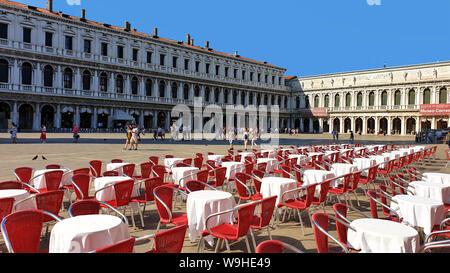 Cafe des chaises, Piazza San Marco (la Place St Marc), Venise, Italie. Banque D'Images