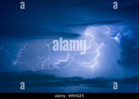 Orage foudre sur le fond de ciel nuageux sombre dans la nuit. Banque D'Images