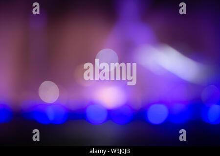 Fountain show avec éclairage bleu couleur effet bokeh abstract light. Banque D'Images