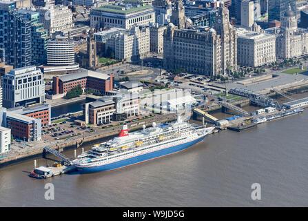 Une ligne de Fred Olsen Cruise ship, Black Watch et de l'éblouir Mersey Ferry tourné à partir de l'air, Liverpool, waterfront, North West England, UK Banque D'Images