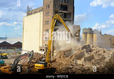 Élevée portée bras de démolition démolition de béton industriels d'Eggborough structure france Banque D'Images