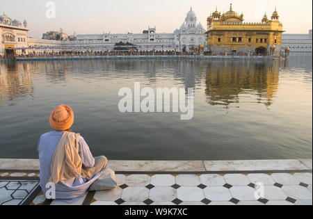 Pèlerin Sikh par séance piscine sainte, Temple d'Or, l'État du Pendjab, Amritsar, Inde, Asie Banque D'Images