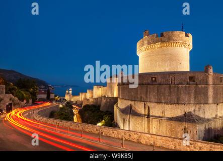 Minceta tour et remparts avec sentiers de feux de circulation, la vieille ville de Dubrovnik, Dubrovnik, Croatie, la côte dalmate, Europe Banque D'Images