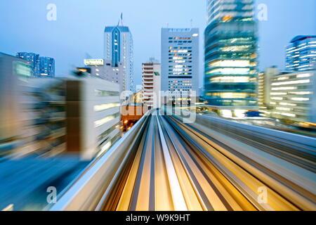 POV blurred motion des bâtiments de Tokyo à partir d'un train en mouvement, Tokyo, Honshu, Japon, Asie Banque D'Images