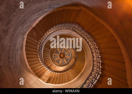 Un escalier à l'intérieur de Notre dame de Fourvière, Lyon, Rhône, Rhône-Alpes, France, Europe Banque D'Images