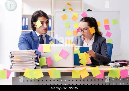 Les deux collègues employés travaillant au bureau Banque D'Images