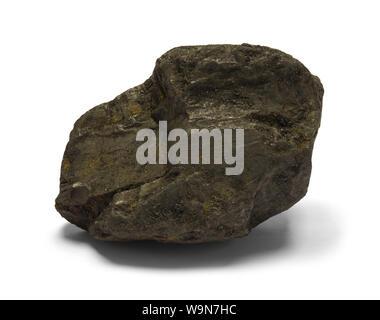 Un morceau de charbon noir isolé sur blanc. Banque D'Images