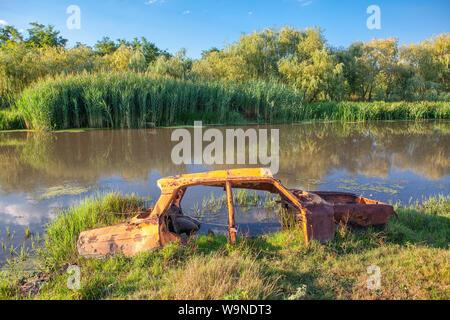 Châssis de voiture rouillée de l'eau dans le marais Banque D'Images