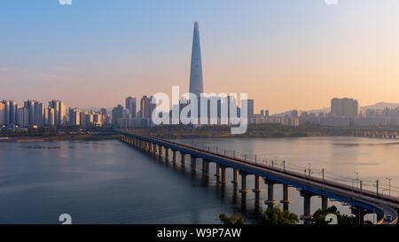 Coucher du soleil du métro de Séoul et Lotte Tower, Corée du Sud Banque D'Images