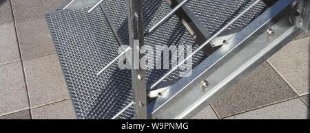 Un escalier en acier galvanisé avec garde-corps Banque D'Images
