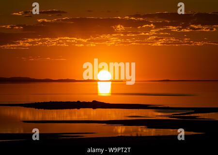 L'été le soleil se couche sur le grand lac salé de la région de la baie de Bridger Antelope Island State Park, Utah, USA.