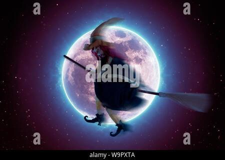 Effrayant sorcière volant sur un balai sur l'arrière-plan d'une pleine lune. Fond d'Halloween Banque D'Images