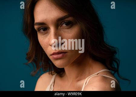 Belle hispanique jeune femme triste et grave concerné à la peur et l'expression du visage sérieux déprimé je fond gris isolé Banque D'Images