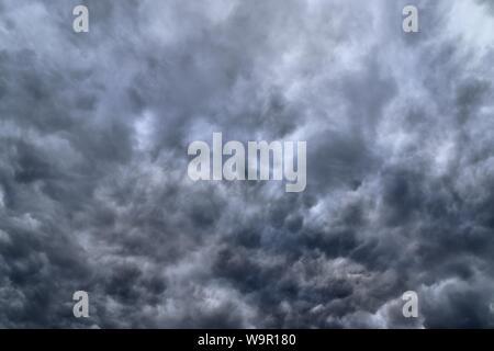 De superbes formations de nuages sombres et dramatiques dans le ciel avant un orage