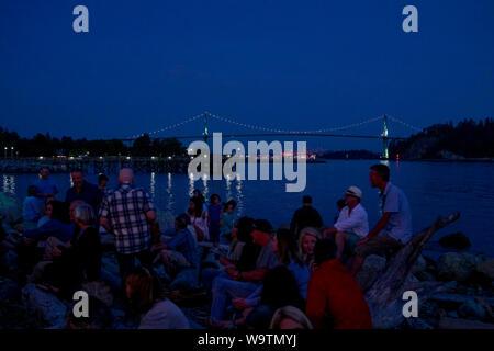 Foule sur Ambleside Beach de nuit, l'harmonie Arts Festival, West Vancouver, British Columbia, Canada Banque D'Images