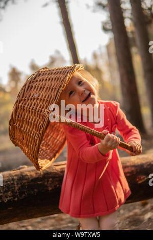 Petite fille dans les bois avec un panier Banque D'Images