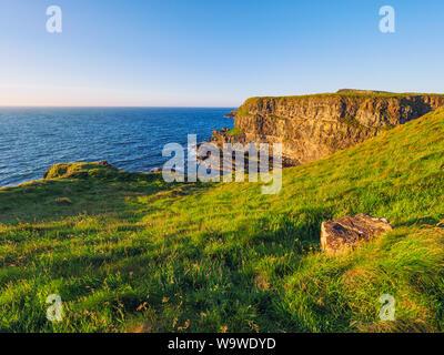 Coucher du soleil de l'été Chaussée des géants en Irlande du Nord, littoral