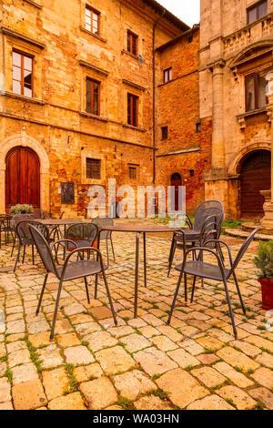 Montepulciano, Italie tables vides au café sur la place principale dans la célèbre région viticole de Toscane Banque D'Images