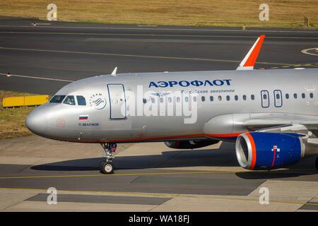 Düsseldorf, Rhénanie du Nord-Westphalie, Allemagne - Aeroflot a atterri l'avion, l'Aéroport International de Düsseldorf, l'examen DHS. Düsseldorf, Allemagne,