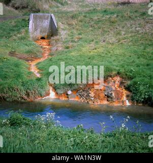 Vidange de l'eau pollués par des produits chimiques dans la rivière Tame hors de terres une fois utilisé pour déverser les déchets contenant des métaux lourds. West Midlands, Royaume-Uni. Banque D'Images