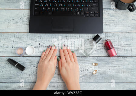 24. de travail. femme women's hands,coffre,le parfum et cosmétiques. La vue du sommet. télévision lay Banque D'Images