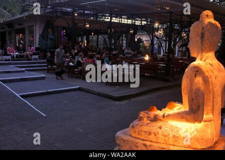 SANUR, BALI - 19 août 2019 06:touriste à la plage de Sanur promenade de nuit. Sanur est une destination touristique très populaire avec complexe de luxe et restaurants dans Banque D'Images