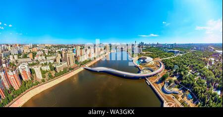 NUR-Sultan, le Kazakhstan - 30 juillet 2019: Très belle vue panoramique vue de drone aérien Ishim remblai et Nursultan (Astana) centre ville avec skyscr Banque D'Images