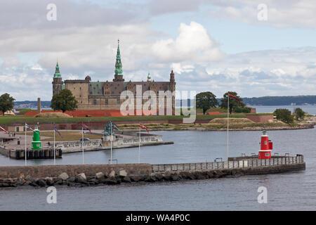 Château de Kronborg sur le point de Kronborg au Sound Øresund, entrée à Elsinore, Helsingør, port. Suède en distance. Un matin d'été.